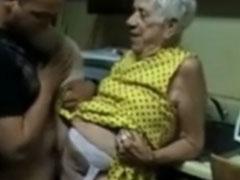 Alte Frau in ihrer Küche gefickt