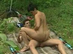 Oma fickt mit ihrem jungen Stecher im Wald