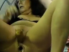 Oma masturbiert mit Dildos im Arsch und der Fotze