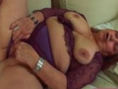 Fette alte Frau masturbiert