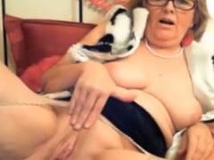 Oma masturbiert vor ihrer Webcam