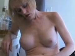 Oma masturbiert und säuft sich danach einen