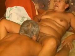 Alter Mann leckt seiner Oma die Fotze