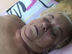 Pflegerin fickt alte Frau durch