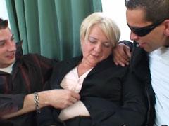 Betrunkene Oma von zwei jungen Kerlen gefickt