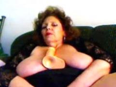 Extrem fette Oma fickt sich mit einem Dildo