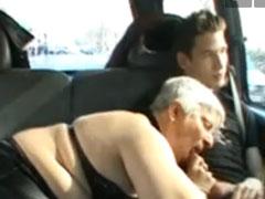 Oma bläst Schwanz in einem Auto