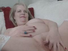 Oma fickt sich selbst mit ihrem neuen Vibrator