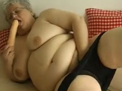 Extrem fette Oma masturbiert mit einem Dildo