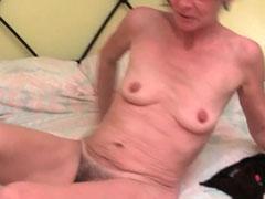 Oma reibt sich ihre haarige Muschi