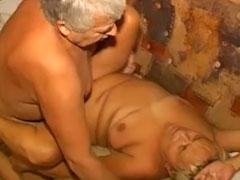 Omasex mit dem notgeilen Opa