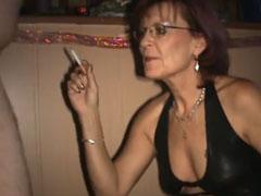 Oma raucht und bläst gleichzeitig einen Schwanz