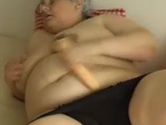 Oma treibt einen dicken Dildo in ihre Fotze