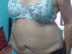 Oma mit Hängetitten nackt vor ihrer Webcam