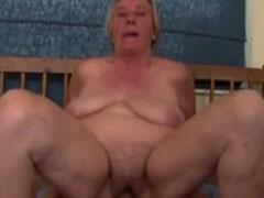 Extrem fette Oma sitzt auf seinem Schwanz