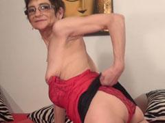 Oma stript und zeigt ihre geile alte Fotze