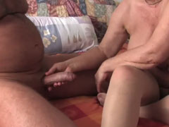 Omi spielt gern mit Opas Schwanz