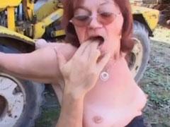 Oma ist geil auf jungen Bauernschwanz