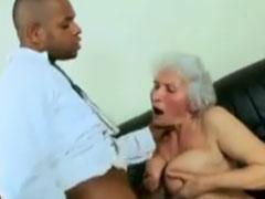 Schwarzer fickt Oma zwischen ihr dicken Titten