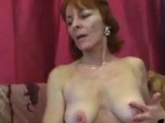 Oma masturbiert gerne vor dem Sex