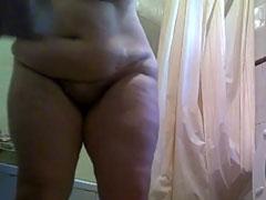 Fette nackte Oma in ihrem Badezimmer gefilmt