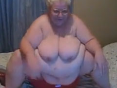 Notgeile fette Grossmutter fickt sich selbst
