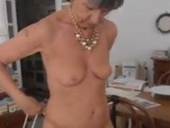 Oma nackt und mit frisch rasierter Fotze
