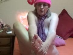 Oma ist nackt und hat kalte Füsse
