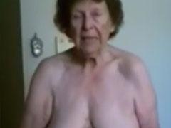 Oma steht nackt vor euch und fickt sich