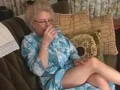 Alte Frau muss sich Mut antrinken für den Porno