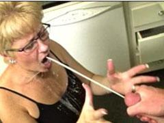 Oma in den Mund gepisst