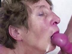Oma lässt sich keinen dicken Schwanz entgehen