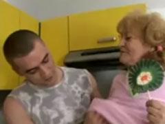 Oma macht einen auf Mädchen