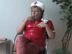 Oma in Uniform masturbiert mit Dildos