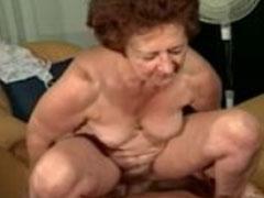 Oma von Jungschwanz hart von hinten gevögelt