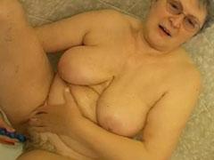 Oma masturbiert in der Wanne