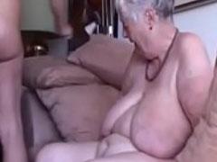 Sex mit Grossmutter auf der Couch