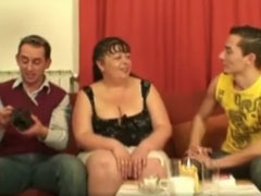 Zwei Jungs stehen auf Omas grosse Brüste