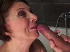 Oma im Bad in den Mund ficken