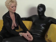 Dominante Oma wichst ihrem Sklaven den Schwanz