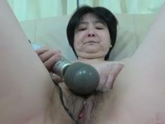 Oma fickt sich selbst vor der Kamera