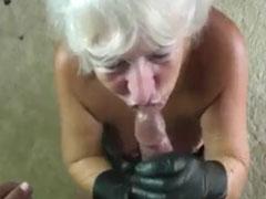 Oma wichst Schwanz mit Latex Handschuhen