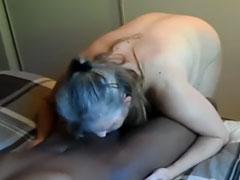 Oma lutscht schwarzen Schwanz