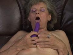 Oma macht die Beine breit