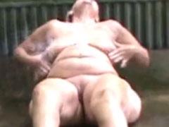 Omma masturbiert mit dem Wasserschlauch