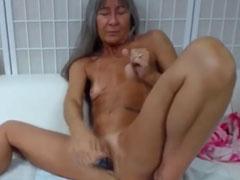 Omi hat Sex mit ihrem Dildo