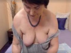 Oma zeigt sich nackt vor ihrer Webcam