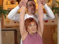Oma von ihrem Trainer gefickt