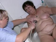 Der Oma die Fotze waschen