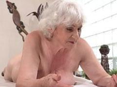 Er leckt der Oma gern das Arschloch sauber